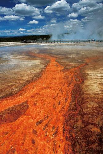 这个火山口下面蕴藏着一个巨大的岩浆库