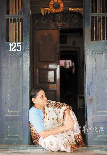 印度本地治里有浓郁的法国风情,一名泰米尔妇女在自家门前休息 王晔 摄