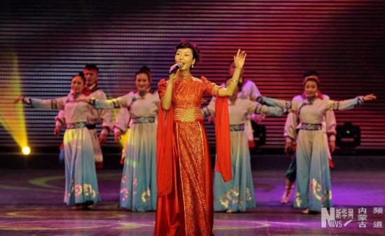 """1月18日,在""""冰雪律动""""文艺晚会上,演员们在表演歌舞《不灭的火焰》。"""