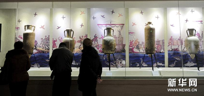 1月20日,市民在欣赏展出的陶器文物。