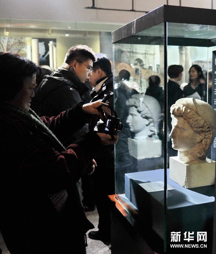 1月20日,市民在拍摄展出的雕像。