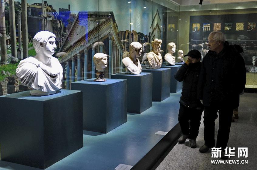 1月20日,市民在欣赏展出的人物雕像。