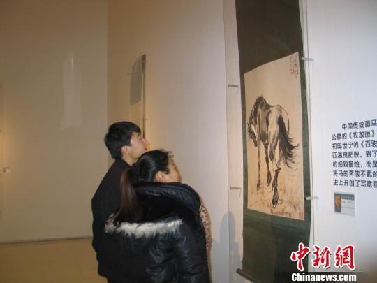 """图为参观徐悲鸿笔下各种姿态的""""马"""""""