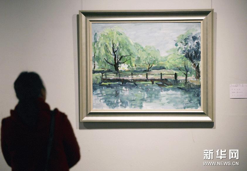 1月24日,参观者在江苏省美术馆欣赏绘画作品《瘦西湖畔》。