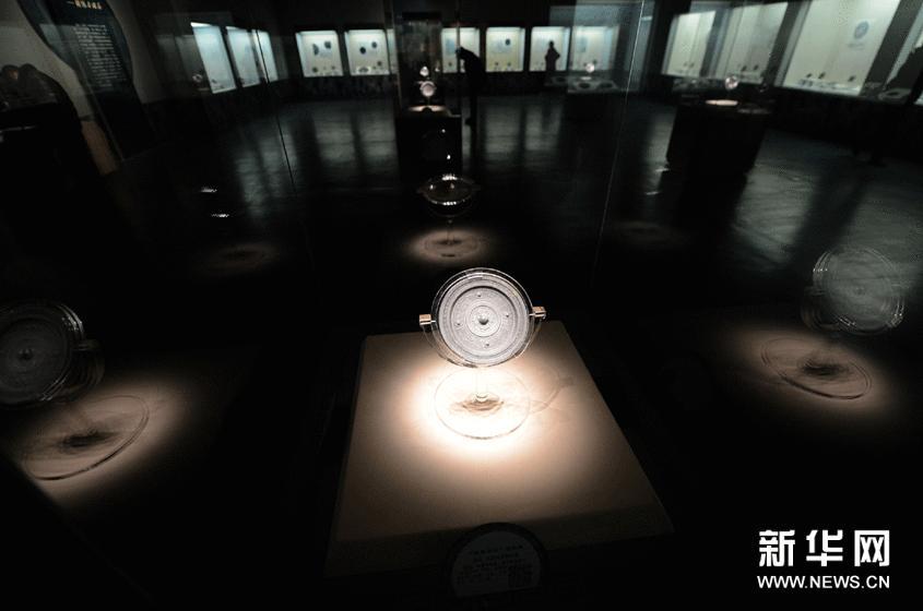 """图为展出的""""长宜子孙""""铭文镜(2月2日摄)。"""
