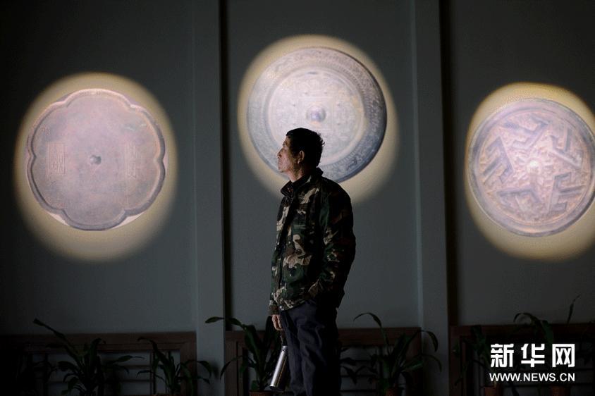 2月2日,参观者参观铜镜展。