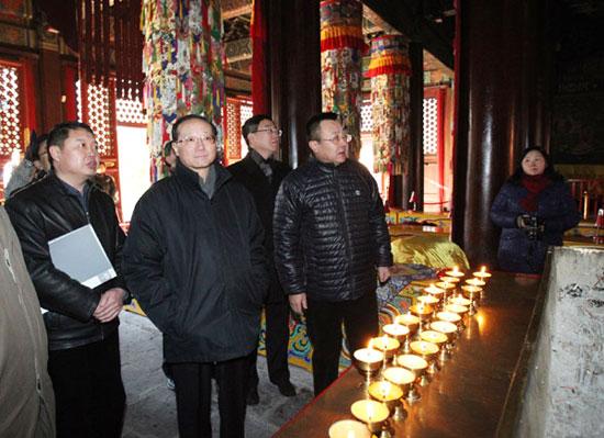 邵琪伟一行重点检查了雍和宫的规范燃香情况。