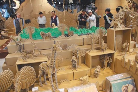 台北玉山纸箱动物园 游客称很有创意(图)
