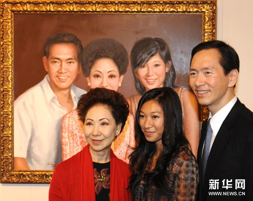 2月18日,全国归国华侨联合会副主席陈友庆夫人陈沈时芬(左)、次子陈智思(右)和长孙女陈晓铃在艺术展上合影。