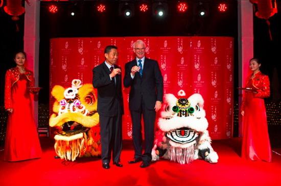 中国驻迪拜总领事詹京保先生和卓美亚帆船酒店总裁兼集团首席执行官杰拉尔德Ÿ劳立斯共同举杯庆贺2013年新年