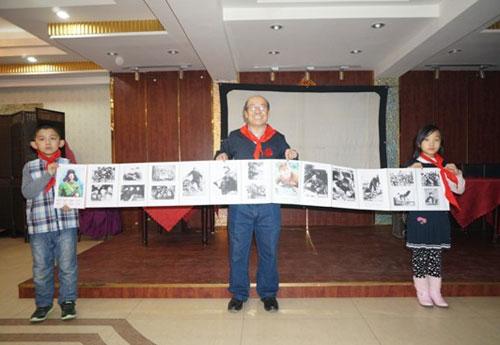 天津集报剪报爱好者袁洪瑢先生和他的剪报长卷。