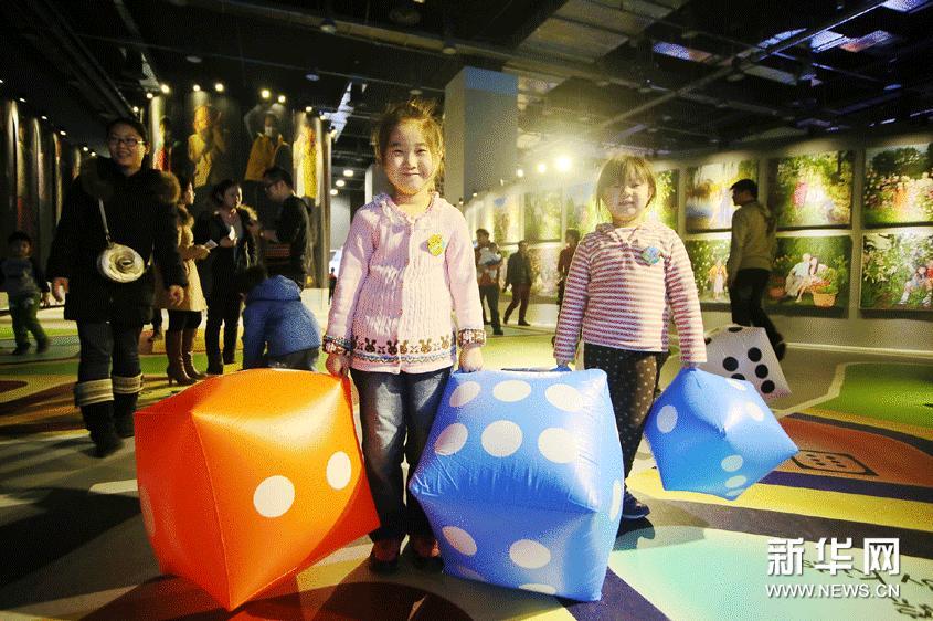 """3月2日,在""""世界儿童融合艺术大展""""上,两名儿童在玩交通游戏棋。"""