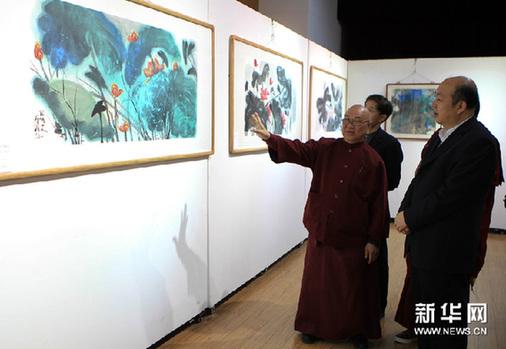 3月5日,观众在欣赏李雄风的画作。新华网图片 张燕辉 摄