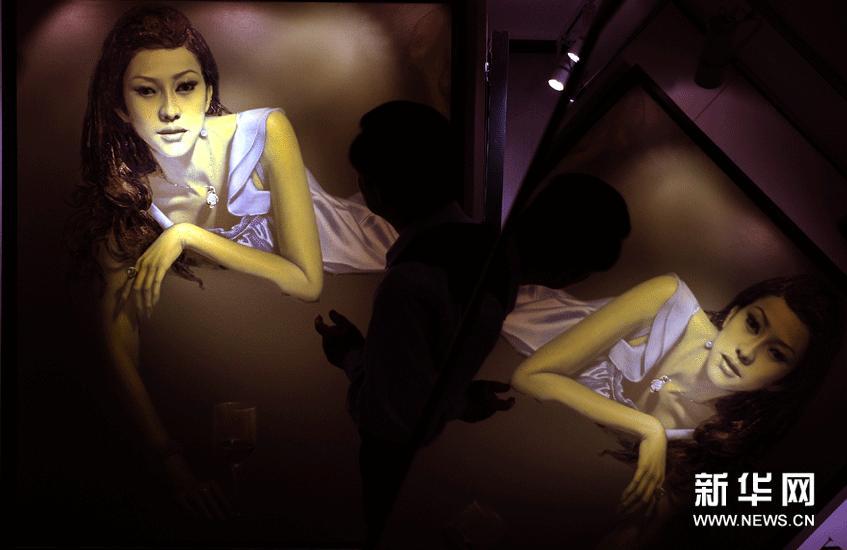 3月7日,观众在欣赏艺术家侯庆的绘画作品。