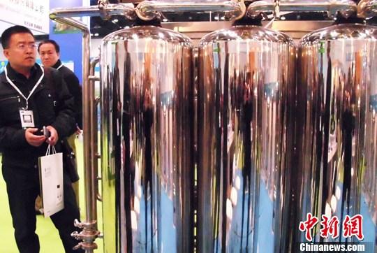 图为2013 WaterEx北京水展吸引商家及参观者。中新社发 钱兴强 摄
