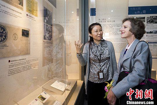 3月12日,美国驻广州总领事郭瑾在印有林肯和孙中山肖像的邮票首日封前驻足观看。中新社发 龙宇阳 摄