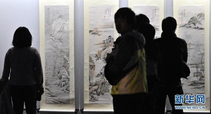 3月11日,参观者在台北故宫博物院观赏《典藏新纪元——近现代书画名品展》展出的作品。