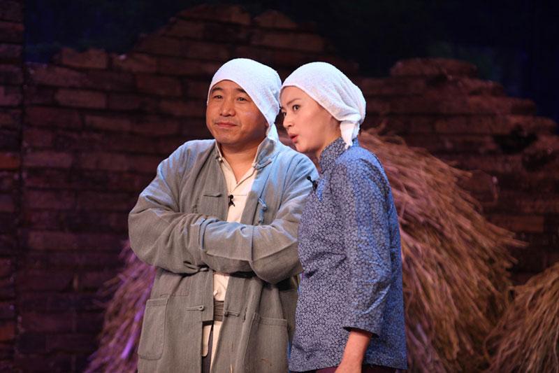 """王小利在《谢天谢地你来啦》中再现""""刘能式""""抄手。"""