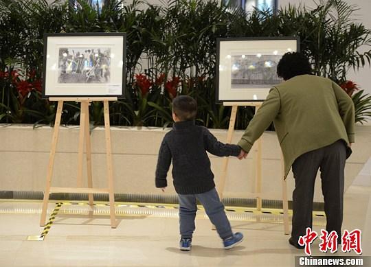 """3月21日,由英国驻华使馆主办的""""1870-1950:英国收藏的中国影像""""影展在北京开幕。该展览以约60幅照片真实再现了19世纪末20世纪初中国的生活状态。这是这些照片首次在英国以外的国家展览。中新社发 侯宇 摄"""