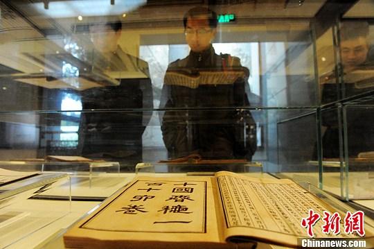 3月26日,深居长沙岳麓书院内的中国书院博物馆引来了众多游客参观。中国书院博物馆是目前唯一一座展示中国书院史和文化教育史的专题博物馆。图为保存完好的岳麓书院石碑。杨华峰 摄
