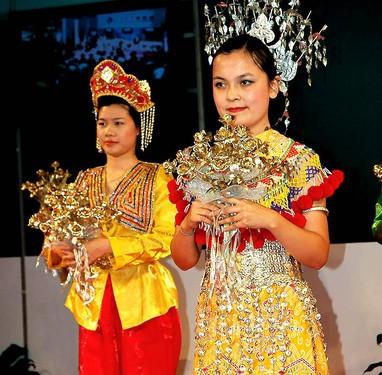"""马来西亚国服,""""巴迪""""设计优美,图案繁多,款式别致,有的编织手法相当图片"""