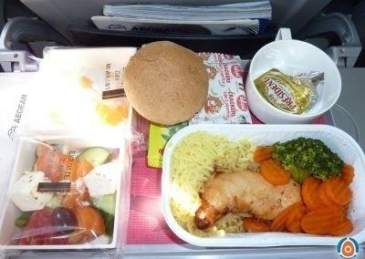 蔬菜沙拉、鸡胸肉饭配胡萝卜、饼干、蛋奶甜点。