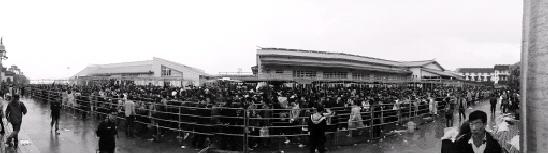 """大雾停航时,进出普陀山主要的客运码头蜈蚣峙码头人满为患。照片由""""普陀山公安""""提供。"""