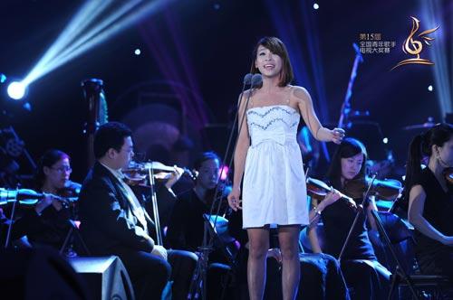 章婉儿在演唱中