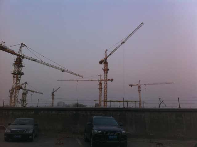 东时一区东侧是在建的康泉新城二期工程,场地内的施工景象被高墙挡住。