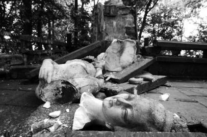 蒙顶山的标志汉白玉女神塑像被震碎