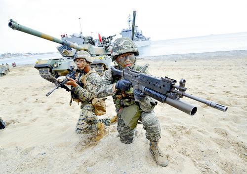4月26日,在韩国港口城市浦项,美国和韩国海军陆战队员参加美韩联合训练。