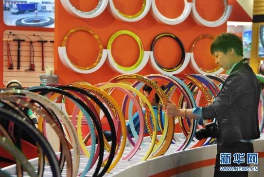 5月6日,参观者在中国国际自行车展览会现场参观。当日,第23届中国国际自行车展在上海新国际博览中心开幕,该展会为期4天,来自24个国家和地区的1300多家企业将集中展示自行车产业的新产品、新工艺、新材料以及户外骑行装备。新华社发(朱岚 摄)