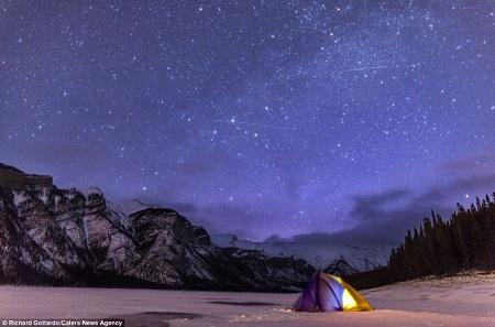 为拍摄极光,理查德在落基山脉驻扎了3个月