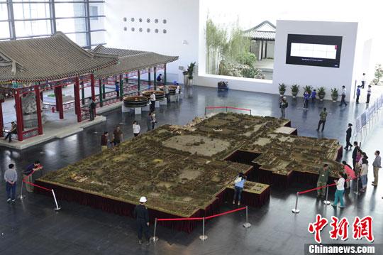 5月14日,中国园林博物馆对媒体首次开放,以1:150的比例制作的圆明园极盛时期复原木雕现身博物馆正中央,吸引不少参观者驻足。中新社发 崔楠 摄