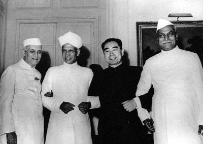 1954年6月下旬,周恩来应邀访问印度期间,和印度总统普拉沙德(右一)、副总统拉达克里希南(左二)、总理尼赫鲁合影。