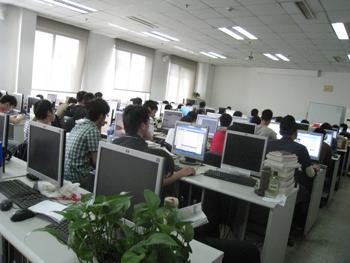 辽宁省转变扶植大学生就业思路,开展转换专业培训,图为正在接受专业技能培训的大学生。 记者寇德印 摄