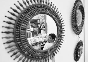 昨日,从一面印度客商的镜子工艺品中映射出首届中国-南亚博览会的交易情况。当日,首届中国-南亚博览会暨第21届昆明进出口商品交易会在昆明国际会展中心开幕,共有1200多家境内外企业参会,东盟10国和南亚8国以及法国、意大利等共42个国家和地区的企业参展。新华社发