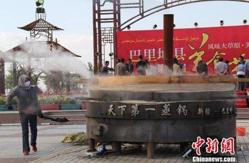 新疆巴里坤制作直径2.6米巨大蒸饼欲申报吉尼斯