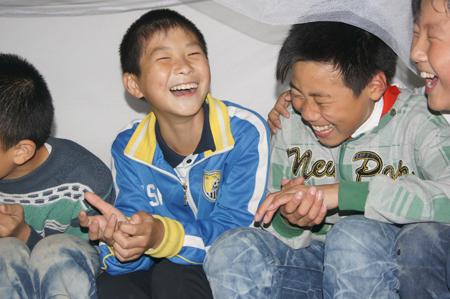休息时间,陈冲和同学在一起