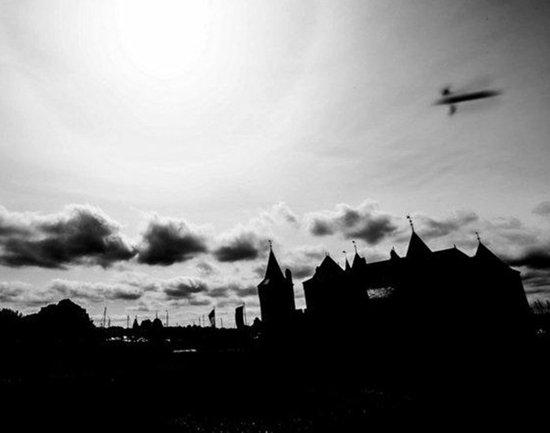 荷兰摄影师拍摄古城堡UFO:FBI探员称是昆虫