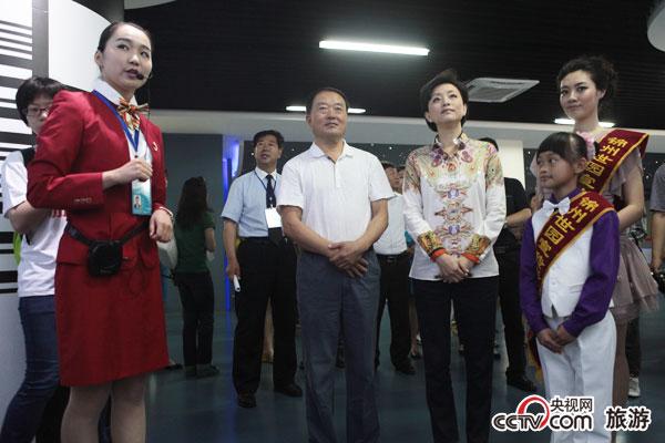 杨澜及百家媒体团在VIP规划展示馆聆听导游讲解