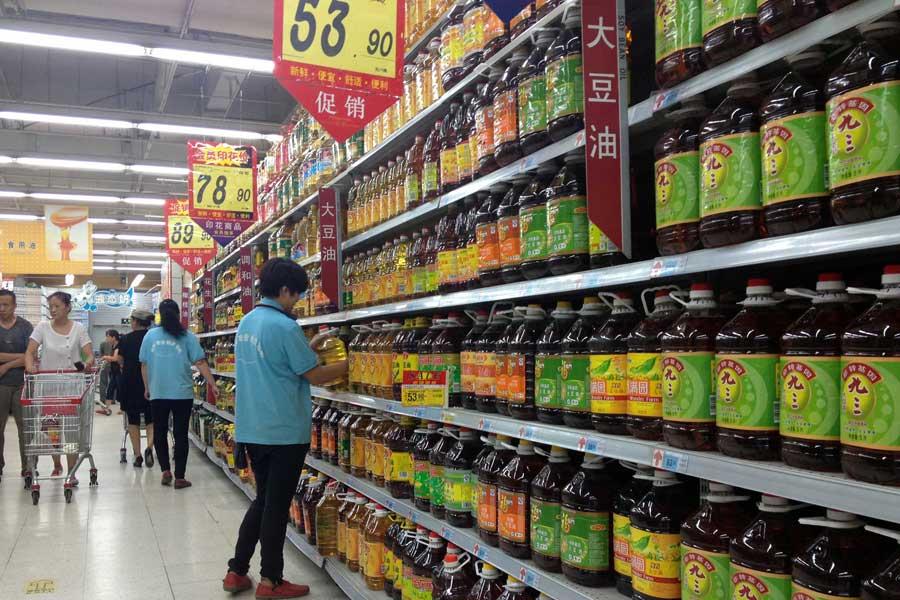 超市转基因大豆油和非转基因大豆油放在一起供人们选择