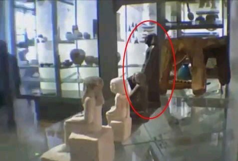 自动旋转的古埃及死神像(视频截图)