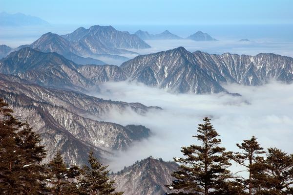 """西岭雪山,杜甫笔下的""""窗全西岭千秋雪""""的写照。 郝康理摄"""