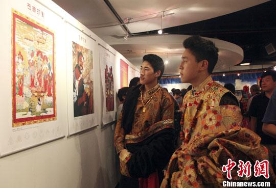 """当地时间6月26日,由中国驻纽约总领馆、纽约中国和平统一促进会、中华海外联谊会联合举办的""""西藏印象""""摄影展在纽约开幕。中新社发 阮煜琳 摄"""