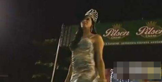 秘鲁同性恋小姐选美上演武斗-秘鲁同性恋小姐演武斗 亚军怒扯冠军假发图片