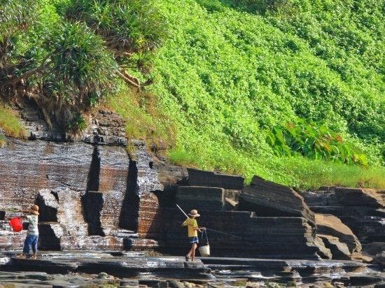 层叠的火山岛岩石,小朋友们好奇地探索