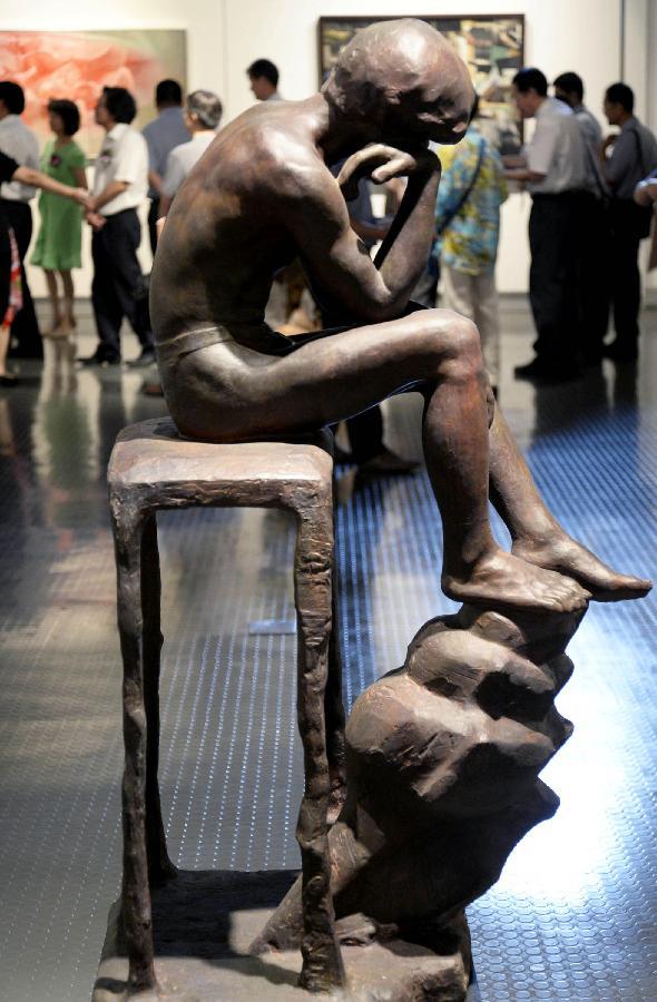 """7月6日在""""2013台中市大墩美展文化交流展""""上拍摄的雕塑作品《黑玫瑰》。新华社发(施健学 摄)"""