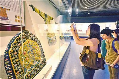 """在深圳博物馆举行的""""得大自在——乾隆时代的皇家风采""""文物展吸引了众多观众。"""
