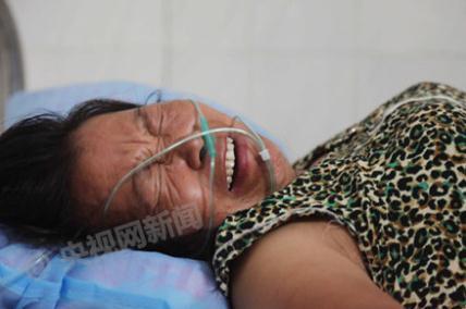 17日上午,湖南临武县城管局工作人员在执法过程中,与南强莲塘村村民邓正加发生争执冲突,邓正加死亡,图为死者妻子黄细细在临武县中心医院接受治疗。